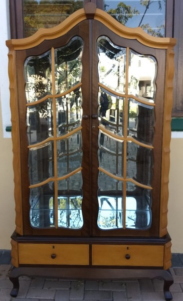 GABLE-TOP-DISPLAY-WITH-BEVELLED-GLASS
